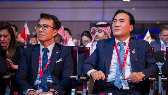 Южнокореецът Ким Чен-ян (вдясно) бе избран за президент на Интерпол, побеждавайки руснака Александър Прокопчук, който е обвиняван, че използва т.нар. червени бюлетини на Интерпол за международно издирване за разправа с опоненти на Кремъл