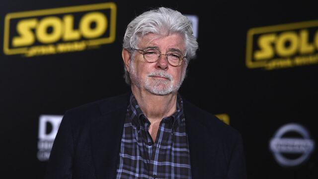 """Продуцентът, режисьор, сценарист и автор на космическата сага за """"Междузвездни войни"""" Джордж Лукас зае първото място в класацията на сп. Forbes за най-богатите знаменитости. Той значително изпреварва всички останали в списъка, основно благодарение на създадената от него филмова поредица. Според изданието неговото богатство се равнява на 5.4 млрд. долара. По-голямата част от него се дължи на продажбата на продуцентската компания Lucasfilm на Walt Disney Company през 2012 г. срещу 4.05 млрд. долара. Великият режисьор Стивън Спилбърг, който преди ден навърши 72 години, се нарежда на второ място с общо богатство 3.7 млрд. долара. Най-богата жена в класацията е Опра Уинфри, която със своите начинания в киното и телевизията е успяла да натрупа 2.8 млрд. долара. Тя е трета в общата класация. Общата стойност от благосъстоянието на всички знаменитости в списъка се равнява на 18.7 млрд. долара, което е повече от БВП на Исландия, пише Forbes"""