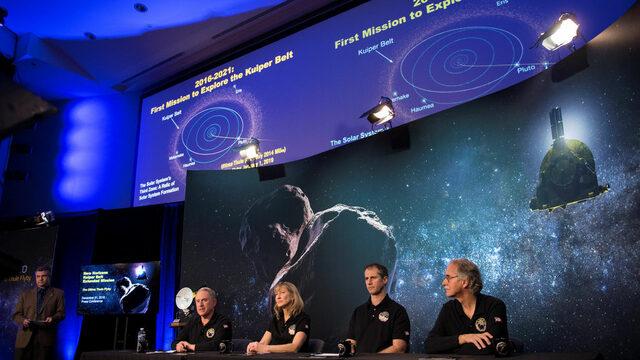 """New Horizons - космическият апарат на NASA, изстрелян през 2006 г., успешно изпрати сигнали до Земята от най-далечната точка, изследвана в историята на човечеството. Става дума за замръзнала скала на ръба на слънчевата ни система, с името """"Последната Туле"""" (Ultima Thule) в астероидния пояс Куипер, която учените се надяват, че ще разкрие някои от тайните на космоса. New Horizons е изпратил няколко снимки на обекта с форма на фъстък, а през следващите дни се чакат по-детайлни снимки, от които да стане ясна и точната му форма.Основната мисия на New Horizons бе да изследва планетата-джудже Плутон и нейните пет луни, което апаратът направи през 2015 г. В последствие той продължи пътуването си към края на слънчевата система и в момента се намира на 1.6 млрд. км след Плутон. През следващите месеци New Horizons ще изследва атмосферата и терена на Ултима Туле, открит през 2014 г. чрез телескопа """"Хъбъл""""."""