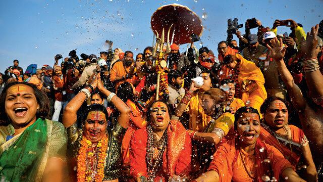 В Индия започна фестивалът Кумбх Мела - най-голямото събиране на хора в света, което се провежда на всеки 12 години и привлича 120 милиона поклонници