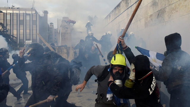 Гръцката столица Атина бе залята от протести, насочени срещу ратификацията на Договора от Преспа, уреждащ спора за името на Македония