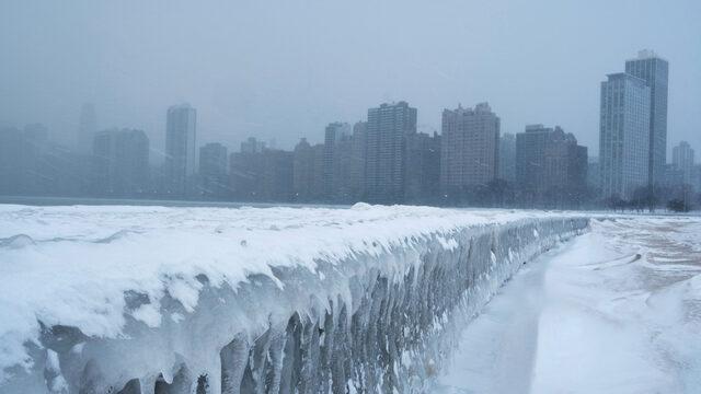 Слизането на полярен вихър - огромна маса въздух с много ниска температура, който обикновено се върти около Северния полюс, доведе до арктически студ в части на САЩ и Канада
