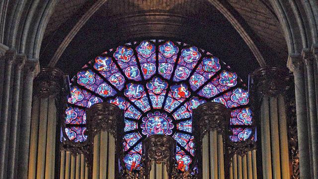 През Втората световна война е имало опасения, че германски войници може да унищожат стъклописите, включващи розети от XIII в. Затова те са свалени и върнати чак след края на войната