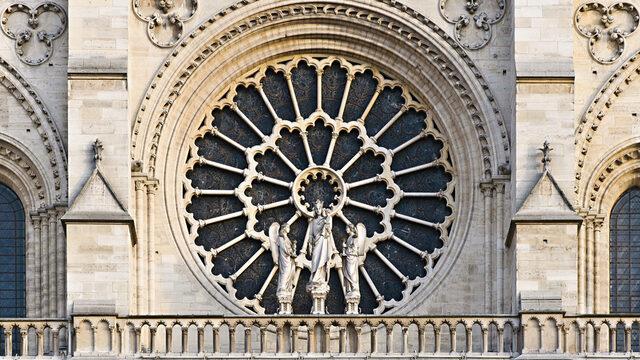 Строителството започва през 1163 г. и завършва през 1345 г., като сградата се смята за шедьовър на готическата архитектура
