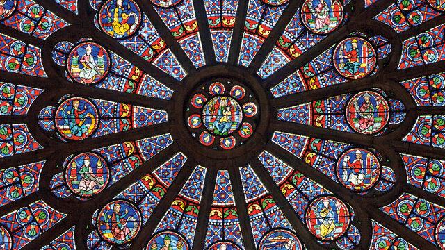 """Хенри VI е обявен за крал на Франция в """"Нотр Дам"""" през 1431 г. Наполеон Бонапарт е коронясан за император там през 1804 г. Жана д'Арк, която е изгорена на клада, е обявена за блажена в катедралата през 1909 г. Реквиемни меси са отслужвани в """"Нотр Дам"""" за президентите Шарл дьо Гол и Франсоа Митеран. В катедралата се намират тръненият венец на Христос и туниката на Свети Луи"""