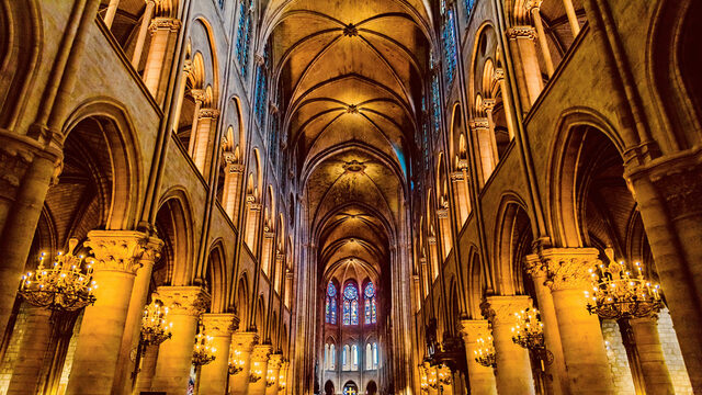 """""""Нотр Дам"""" е повредена по време на Френската революция и романът на Виктор Юго """"Парижката Света Богородица"""" спомага за насочване на вниманието към проблема и започването на ремонтни дейности от 1844 до 1864 г."""