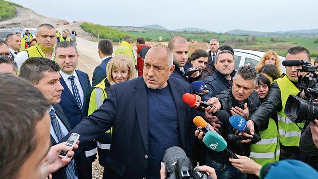 """Премиерът Бойко Борисов направи поредна инспекция на автомагистрала """"Хемус"""" - при новия участък от аутобана между Ябланица и Боаза, и прогнозира, че изграждането й ще вдигне БВП с поне 10 - 20%."""