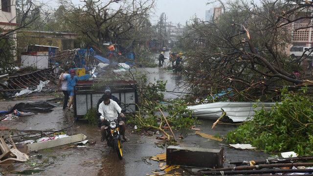 """Броят на загиналите в Индия от циклонa """"Фани"""", който на 3 май удари източния щат Одиша с ветрове със скорост от над 200 км/час, се увеличи до поне 33 души, а стотици хиляди хора са останали без дом, съобщава Reuters. Стихията порази и съседен Бангладеш, където загиналите са поне 14, става ясно от местния Dhaka Tribune. Местните власти в Индия коментират, че разрушението от циклона е невъобразимо"""