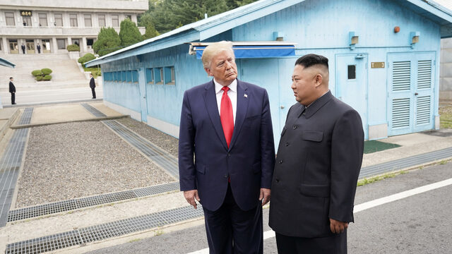 Доналд Тръмп се превърна в първия американски президент в историята, който пристъпва на територията на Северна Корея. Той се срещна със севернокорейския лидер Ким Чен Ун, след като преди два дни написа в Twitter, че ще посети демилитаризираната зона между Северна и Южна Корея - две страни, които технически все още са във война, и се надява там да се срещне с Ким. Тръмп и Ким изразиха надежди за скорошен мир и възобновяване на разговорите между САЩ и Северна Корея за премахване на ядрените оръжия от полуострова