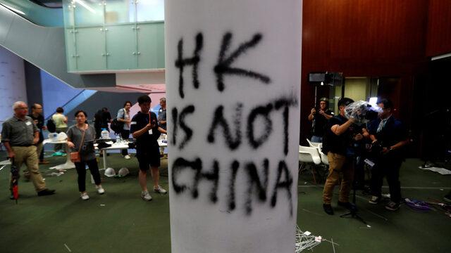 Седмиците на протести в Хонконг заради проектозакон за екстрадиране в Китай ескалираха, след като демонстранти нахлуха в местното законодателно събрание