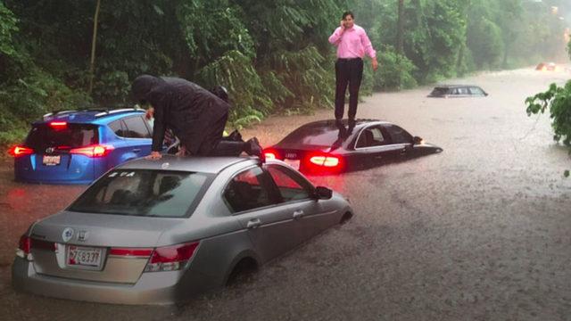 Проливни дъждове предизвикаха внезапен прилив и наводнения във Вашингтон снощи, като властите в американската столица са обявили режим на тревога. Само за няколко часа на места нивото на водата е достигнало над два метра. Наводнило се е дори мазето на Белия дом. Много автомобили са се оказали блокирани от високата вода в капана на проливните дъждове. Под вода са били и някои метростанции.