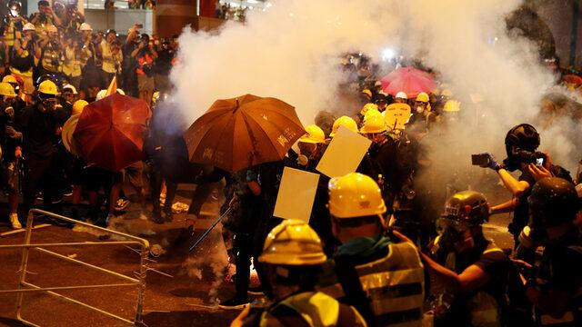 Политическата криза в Хонконг се задълбочи, след като поредни антиправителствени протести прераснаха в насилие срещу пътници на жп гара. Китай обвини САЩ, че стоят зад протестите.