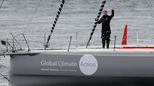 За да пести емисии, екоактивистката тийнейджър Грета Тунберг поема на трансатлантическо плаване до Ню Йорк със състезателна яхта със слънчеви панели и подводни турбини, за да участва в среща на ООН за климата