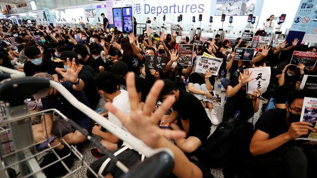 """Китай нарече сблъсъците на протестиращите с полицията при """"окупацията"""" на международното летище в Хонконг """"поведение, което е близо до тероризъм"""""""