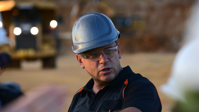 В рудника ще работят средно 240 души, като 96% от наетите в момента са от района на Крумовград. Средната брутна месечна заплата е 2100 лв., а най-ниската е около 1600 лв.