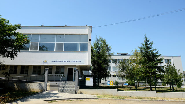Административната сграда на компанията се намира в края на града на пътя към мината.