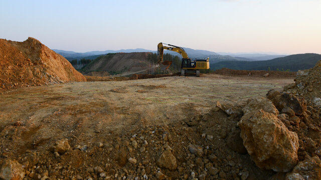 """Една от иновациите в рудника е, че благодарение на специални датчици и GPS системи машините """"насочват"""" операторите към рудата, така че тя да не се смесва с баластра при изгребването."""