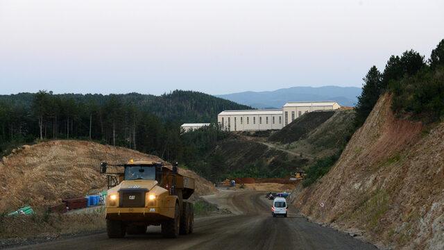 На целия обект са изградени около 7 км пътища.
