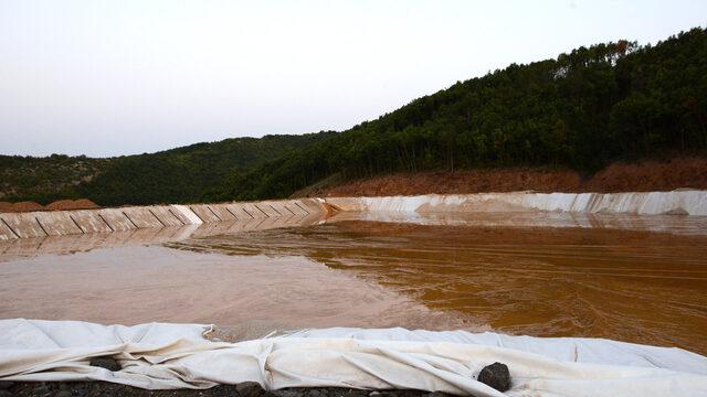 Пастата на депото се утаява между 6 и 8 седмици, след което става твърда, а клетката се затваря с баластра и върху нея се прави следващата. Водата от пастата се прецежда през положения на дъното геотекстил (подобна на филтърна хартия материя). В нея няма вредни вещества и се отвежда към реката, където има риби и жаби.