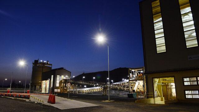 Обогатителната фабрика работи без прекъсване, а добивът на рудника се извършва на две смени.