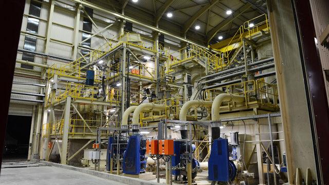 Обогатителната фабрика е много компактна, тъй като там е приложена друга от иновациите на компанията - т.нар. стъпкови флотационни реактори, които в промишлени условия за първи път в света са използвани в Челопеч.
