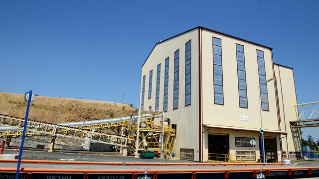 Рудата се преработва по класическа технология - флотация, в обогатителна фабрика.