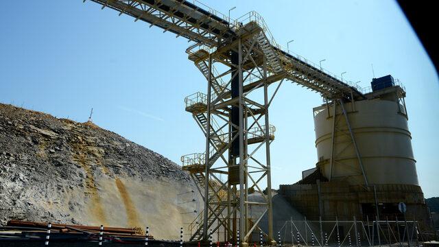 Рудата се натрошава и смила на ситен прах, преди да влезе за преработка.