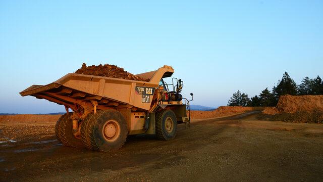 Работниците изгребват средно по 2.7 тона скална маса (баластра) на всеки тон добита руда.