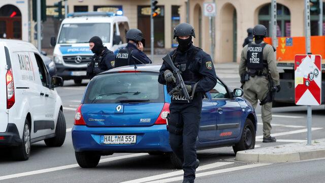 Неизвестни извършители са открили стрелба в германския град Хале близо до синагога и магазин за дюнери. Жертвите са две.