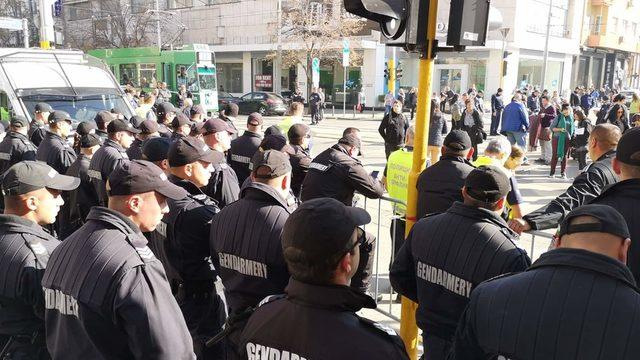 Засилено полицейско присъствие около сградата на ВСС беляза заседанието по избора на Иван Гешев за главен прокурор. От сутринта районът около сградата на съвета беше ограден от троен кордон полицаи и коли, като се допускат само журналисти с карти и участниците в митинга за подкрепа на Гешев. Мерките за охрана на на днешното заседание на Висшия съдебен съвет, са обичайни, а не безпрецедентни, обяви директорът на СДВР Георги Хаджиев