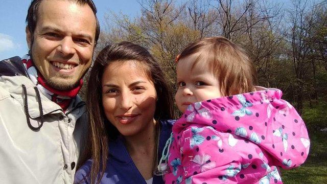 Александър ван Стей (вляво), приятелката му Боряна и дъщеря им Виктория живеят в Горна Оряховица, но връзката на холандеца с България започва от село Славейково, където се преместват родителите му преди 11 години