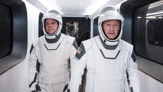 Ако бъде взето решение за удължаване на демонстрационната мисия, Боб Бенкен (вляво) и Дъг Харли могат да останат на МКС до 7 месеца, за какъвто престой в Космоса е проектирана Crew Dragon