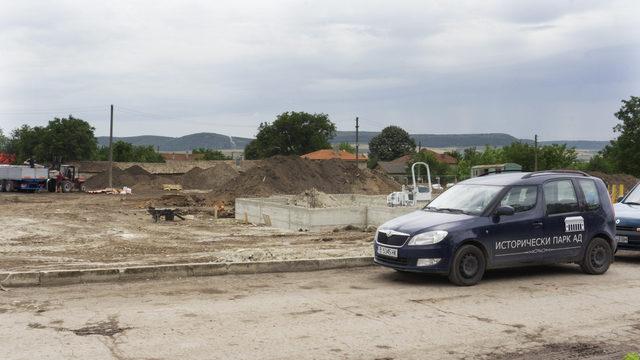 Един от големите строежа в селото: проектът за няколко на брой къщи за гости, които да поемат очаквания многохиляден туристически поток