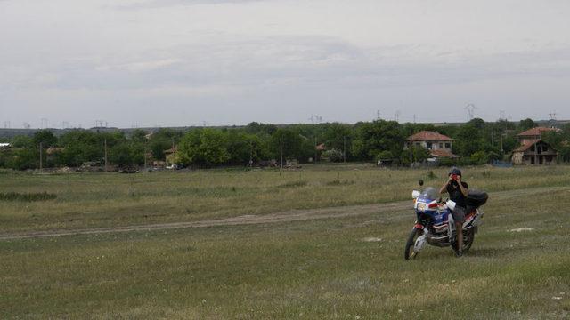 """Мотористът, който проследи екипа на """"Капитал"""" и го снима без разрешение. Освен него в селото журналистите бяха следвани от още една кола, като впоследствие те """"ескортираха"""" репортерите до магистрала """"Хемус"""". Малко по-късно снимките на моториста бяха публикувани в профила на Ивелин Михайлов във Facebook"""