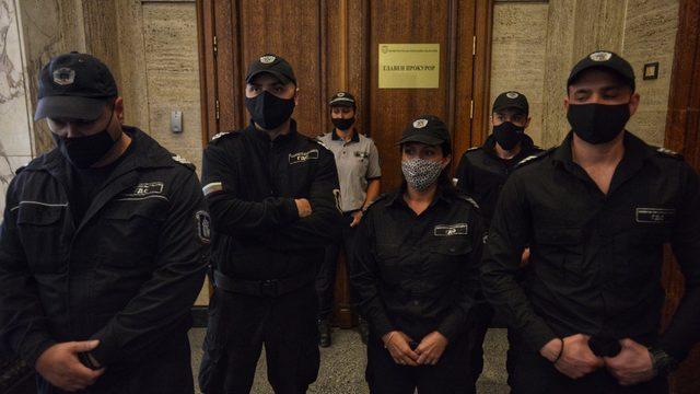 Униформени служители пазят входа на Върховната касационна прокуратура от протестиращи, които в сряда по обяд се качиха на четвъртия етаж на Съдебната палата