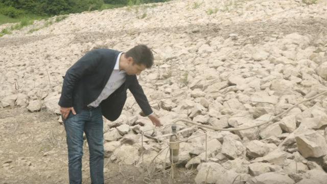 """Министър Петков показва едно от """"модерните"""" съоръжения - бутилка от газирана напитка, свързана с електрическата мрежа"""