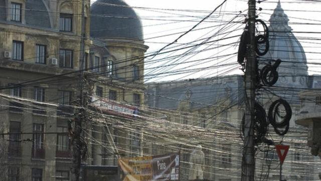 Типична гледка от Букурещ, опасан в кабели<br />