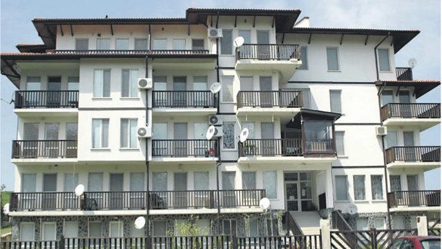 """Сградата на """"Лева груп"""" в с. Лозенц, където съдия Урумова закупува апартамент"""