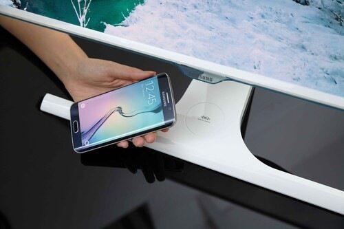 Монитор на Samsung зарежда безжично смартфони