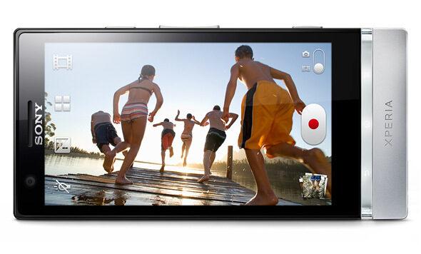 867 кандела осигурява дисплеят на Sony Xperia P