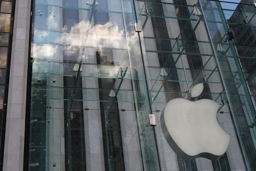 Мениджър в Apple продавал информация за милиони на азиатски производители