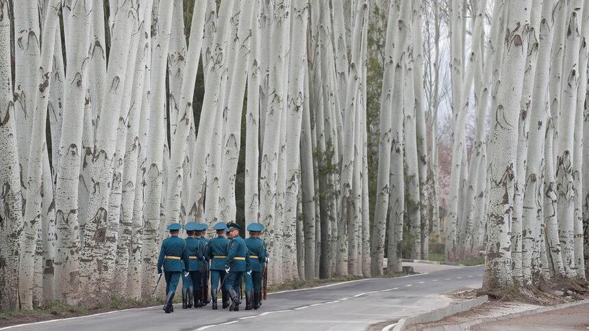 Киргизки гвардейци се оттеглят след церемонията по посрещането на президента на Русия Владимир Путин в Киргизстан.