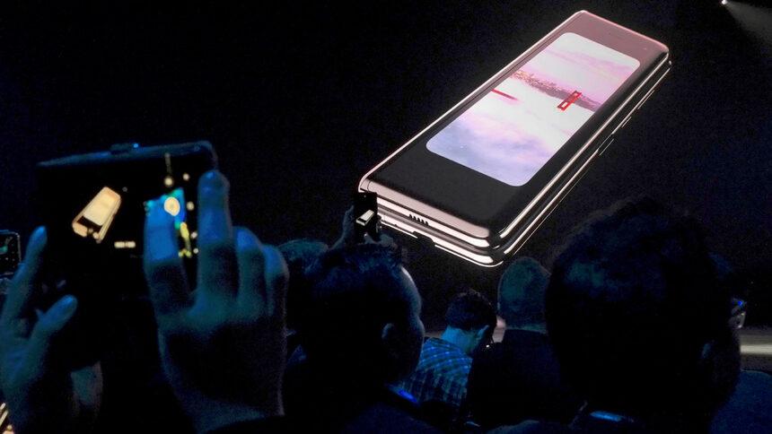 Galaxy Fold беше представен в началото на годината - той се сгъва като книга навътре, докато конкурентният модел на китайската Huawei – Mate X, се свива отвътре навън