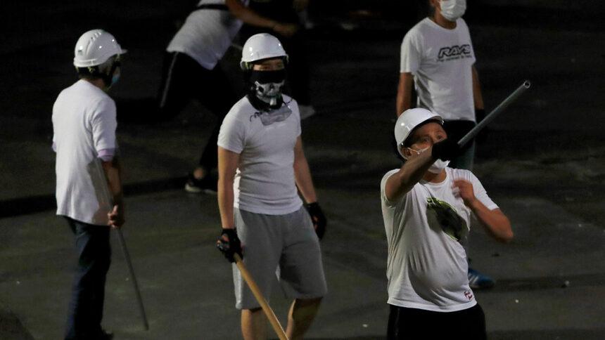 Протестите в Хонконг продължават вече 7 седмици, като черното се превърна в цвета на про-демократическите протестиращи. По тази причина и всеки в черно се оказа мишена за въоръжените биячи този уикенд.